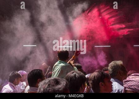 Vrindavan, Indien - 19. März 2016: unbekannter Mann verkaufen bunte pulverisierte Farbstoffe für Holi Festival in - Stockfoto