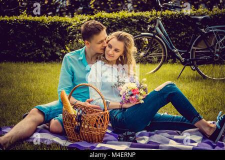 Paar schöne auf picnik in einem Park im Sommer sonnigen Tag. - Stockfoto