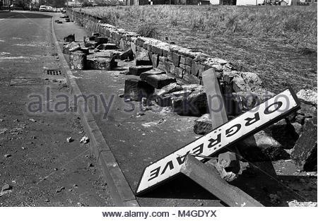 Foto vom 18/6/1984 aus einem verdrillten unterzeichnen, gefällt konkrete Beiträge und eine gebrochene Mauer die - Stockfoto