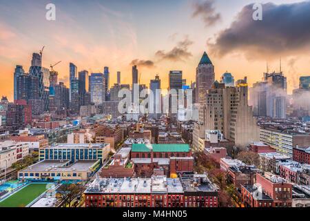 New York, New York, USA Midtown Manhattan Skyline über Hell's Kitchen in der Morgendämmerung. Stockfoto