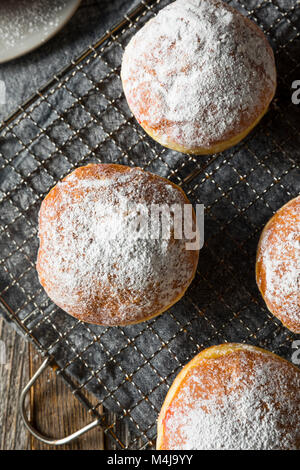 Gourmet hausgemachte Polnische paczki Krapfen mit Marmelade füllen - Stockfoto
