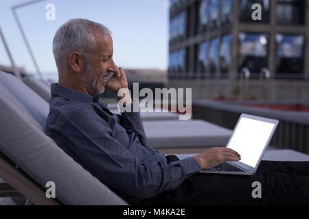 mann laptop handy rufen gesichts spielen pr gel verzweiflung m nner gesch ftsmann arbeit. Black Bedroom Furniture Sets. Home Design Ideas