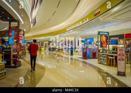 Singapur, Singapur - Januar 30, 2018: Indoor Ansicht von unbekannten Menschen Dinge innerhalb eines Stores am Flughafen - Stockfoto