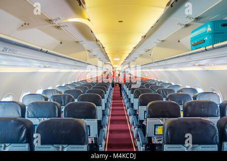 Singapur, Singapur - Januar 30, 2018: Indoor Ansicht von unbekannten Personen acomodating ihr Gepäck in den Fächern - Stockfoto