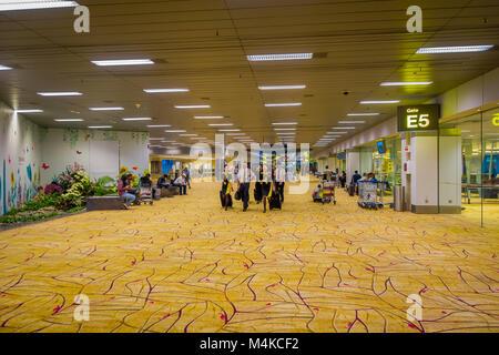 Singapur, Singapur - Januar 30, 2018: Indoor Blick auf Air Hostess und Piloten zu Fuß durch die in der Lounge, im - Stockfoto