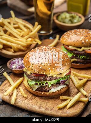 Hamburger und Pommes frites auf die hölzerne Fach. - Stockfoto