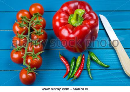 Grenze der sortierten frischem gesunden Gemüse auf einem urigen Bauernhof blau Holz Hintergrund mit zentralen Kopie - Stockfoto