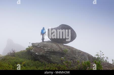 Die Athleten laufen entlang der Strecke in den Bergen in Bad nebligen Wetter - Stockfoto