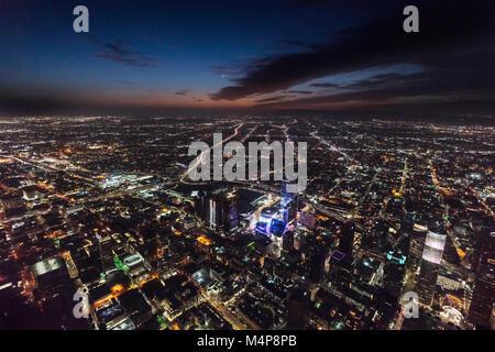 Los Angeles, Kalifornien, USA - 11. Februar 2018: Nacht Luftbild von Gebäuden, Straßen und Autobahnen in den revitalisierten - Stockfoto