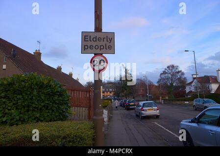Ein Zeichen mit einem 20 Meilen pro Stunde Höchstgeschwindigkeit und Wissen der älteren Menschen in der Gegend zu - Stockfoto
