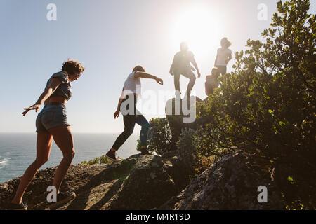 Eine Gruppe von Freunden auf einem Berg. Junge Menschen auf der Wanderung an einem Sommertag. Männer und Frauen - Stockfoto