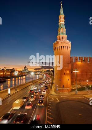 Die Beklemishevskaya (Moskvoretskaya) Turm der Kremlmauer leuchtet in der Dämmerung. Moskau, Russland. - Stockfoto