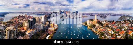 Breite Antenne Panorama der Stadt Sydney CBD landmars am Ufer des Hafens von Sydney aus den unteren North Shore - Stockfoto