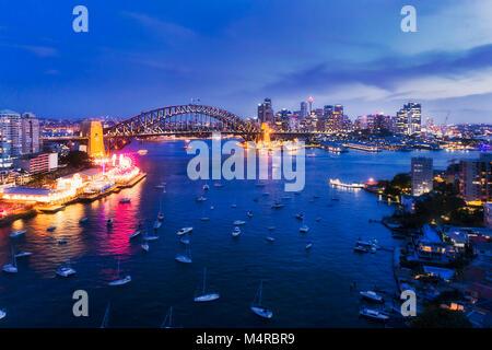 Dark sunset beleuchtete Architektur Wahrzeichen von Sydney City rund um den Hafen von Lavender Bay im Norden von - Stockfoto