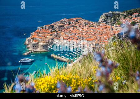 Luftbild der Altstadt von Dubrovnik, eines der bekanntesten touristischen Destinationen im Mittelmeer, von Srd Berg, - Stockfoto