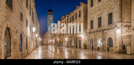 Klassische Panoramablick auf den berühmten Stradun, die Hauptstraße der Altstadt von Dubrovnik, in schöner Morgendämmerung vor Sonnenaufgang in der Morgendämmerung, Dalmatien Stockfoto