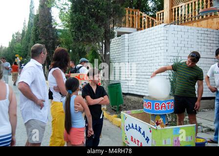 Ein Mann dreht sich ein Zucker wolle zum Verkauf in Sudak, Ukraine - Stockfoto