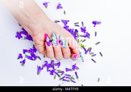Hand mit Nägeln wieder aufgebaut und geschmückt mit bunten Blumen ...