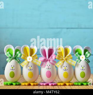 zufrieden mit ostern eier, küken und bugs cartoon clipart