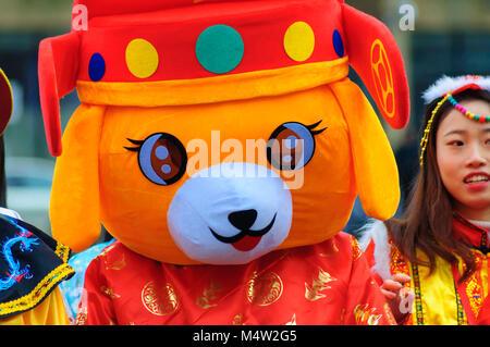 Glasgow feiert das Chinesische Neue Jahr des Hundes 2018 mit Drachen- und Löwentänzen, Glasgow Polizei Pipe Band, - Stockfoto