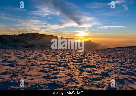 Winter Panorama Landschaft mit Berg auf Hintergrund - Stockfoto