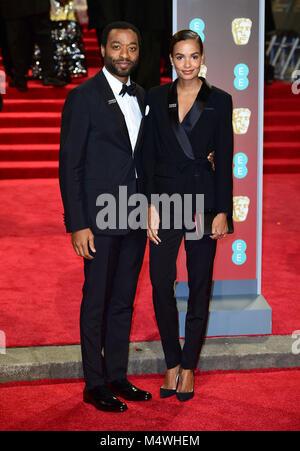 Chiwetel Ejiofor und Gast an der EE-British Academy Film Awards gehalten an der Royal Albert Hall, Kensington Gore, Kensington, London. Stockfoto