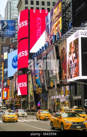 Verkehr und elektronische Anschlagtafeln in Times Square, New York City, USA - Stockfoto