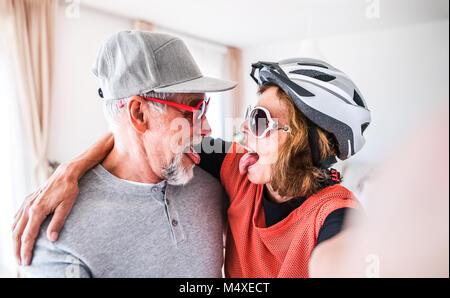 Crazy senior Paar Spaß zu Hause haben. - Stockfoto