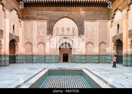 Reich verzierte Innenhof der Medrese college Ben Youssef, Marrakesch, Marokko Marrakesh-Safi - Stockfoto