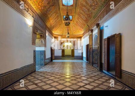 Beleuchteten Korridor von Bahia Palast, Marrakesch, Marokko Marrakesh-Safi - Stockfoto