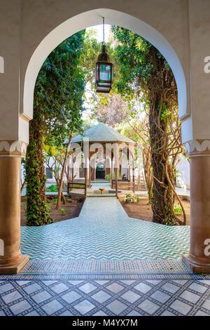 Torbogen vor Innenhof Gazebo im Musee Museum Dar Si Said, Marrakesch, Marokko Marrakesh-Safi - Stockfoto