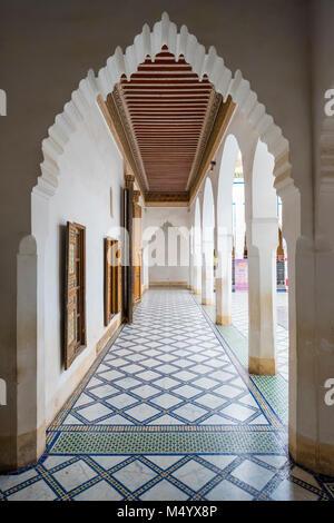 Säulen und Bögen in Bahia Palast, Marrakesch, Marokko Marrakesh-Safi - Stockfoto