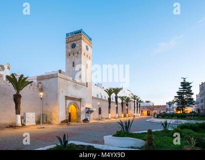 L'Horloge d'Essaouira Clock Tower und Gebäuden in Medina Essaouira, Marrakesh-Safi, Marokko - Stockfoto