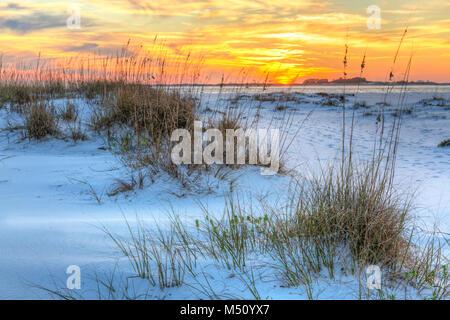 Ein farbenfroher Sonnenuntergang über dem seaoats und Dünen auf Fort Pickens Strand in der Gulf Islands National Seashore, Florida. Stockfoto