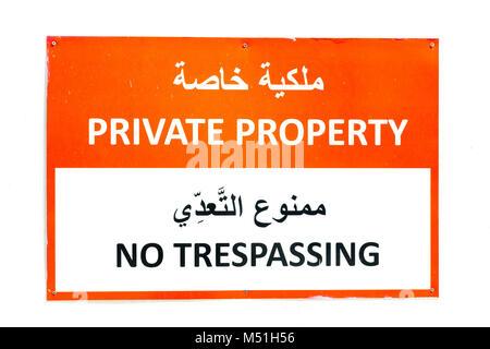 Privates Eigentum, kein Übertreten Zeichen sowohl in Arabisch und Englisch - Stockfoto