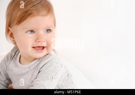 Porträt von einem kleinen süßen Mädchen zu Hause. Close up Portrait. Glückliche Kindheit Konzept - Stockfoto