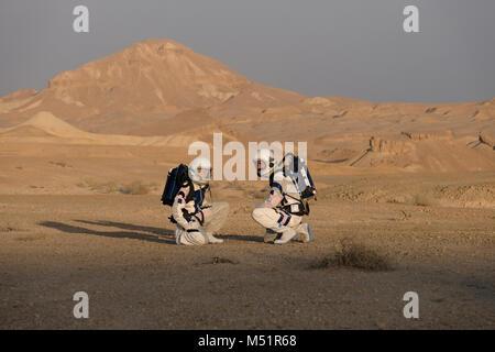 Israelische analoge Astronauten zu Fuß im D-MARS Mittel in den Ramon Krater in der Wüste Negev. Sechs analoge Astronauten - Stockfoto