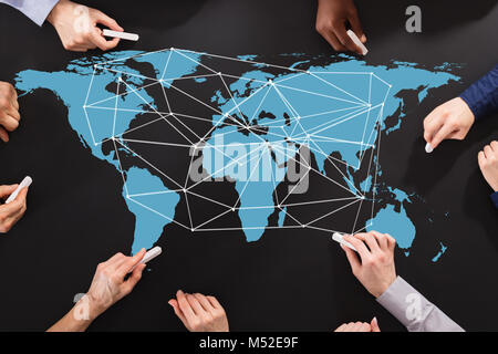 Erhöhten Blick auf das Geschäft von Menschen Hand Zeichnen von Linien auf der Weltkarte, die Global Business - Stockfoto