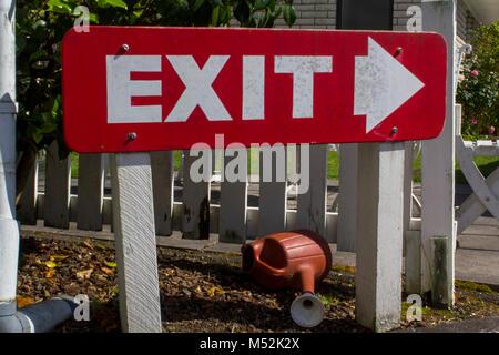 Ausfahrt rote Schild im Garten - Stockfoto