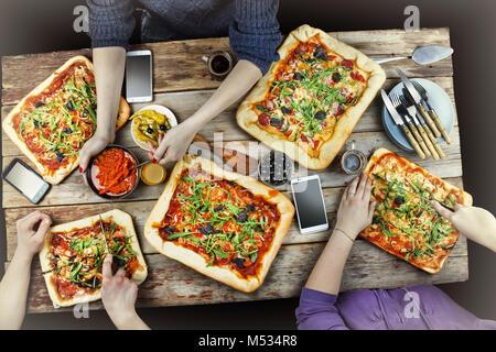 Schneiden Pizza. Einheimische Küche und hausgemachte Pizza. - Stockfoto