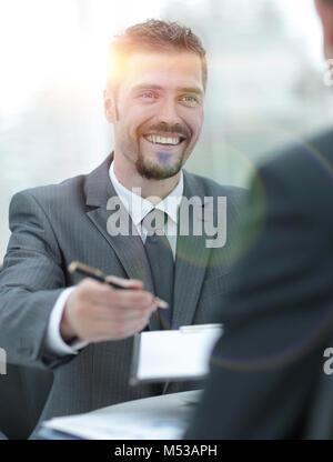 Closeup. Lächeln, Geschäftsmann, Unterzeichnung einer lukrativen Vertrag. der bus - Stockfoto