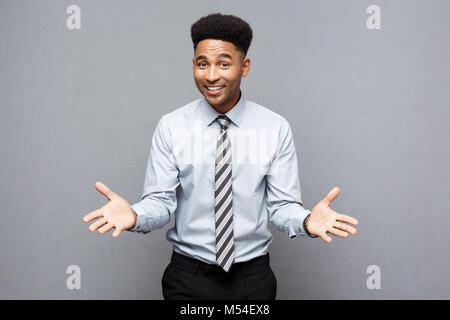 Geschäftskonzept - Zuversichtlich, fröhlicher junger afrikanischer Amerikaner mit Händen vor Ihm mit überraschenden - Stockfoto