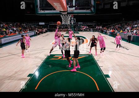 Coral Gables, Florida, USA. 11 Feb, 2018. Imani Wright #32 der Florida State schießt über Kelsey Marshall Nr. 20 - Stockfoto