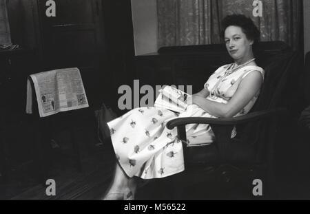 1940, Manchester, England, historische Bild zeigt eine Frau in einem langen Kleid und eine Perle Halskette in einem - Stockfoto