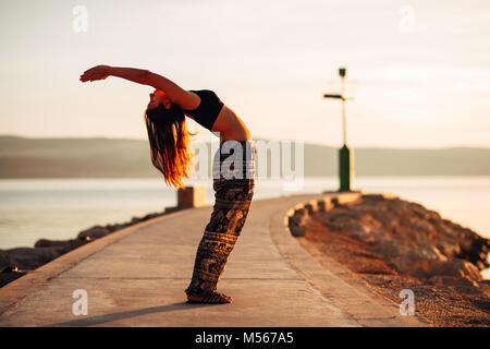 Sorglos Frau meditieren in der Natur. Finden des inneren Friedens Yoga Praxis Spirituelle Heilung Lifestyle. Genießen - Stockfoto
