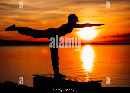 Sorglos Frau meditieren in der Natur. Finden des inneren Friedens Yoga üben. Spirituelle Heilung Lifestyle. Genießen - Stockfoto