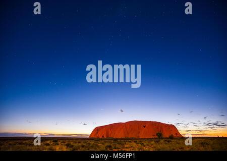 Uluru unter den Sternen in der Morgendämmerung. - Stockfoto