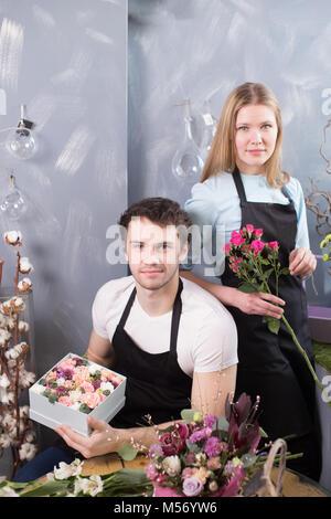 Zwei junge floristin bei Blumen shop arbeiten - Stockfoto