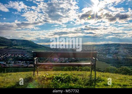 Parkbank auf einem Hügel mit Blick auf die Stadt Jena - Stockfoto