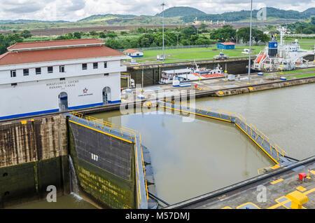 Panama City, Panama - 3. November 2017: Miraflores Schleusen mit Kammern mit Wasser gefüllt und Schleusentore geschlossen - Stockfoto